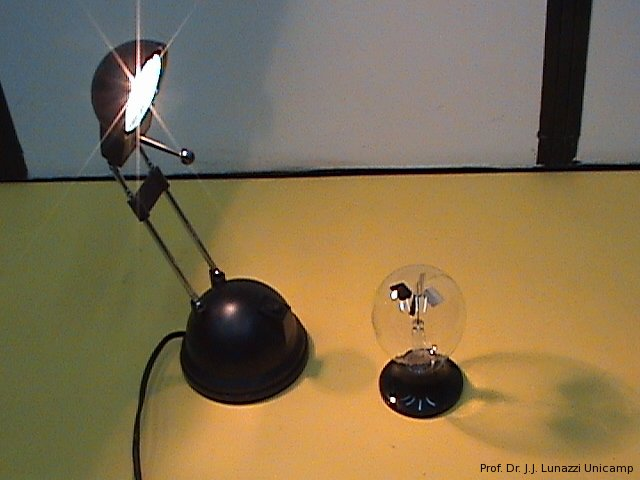 b204cace025 Descrição  consiste de um bulbo de vidro que abriga uma pequena atmosfera  de baixa pressão e uma hélice de quatro pás  duas delas pintadas de preto e  as ...